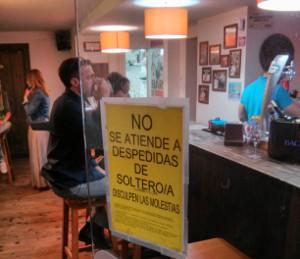 No se atiende a despedidas de soltero/a = We don't serve crazy groups of drunk people